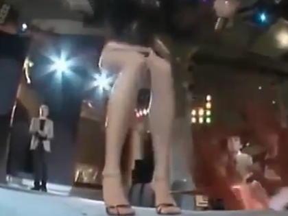 外国人女性モデルのスカートをリモコンで落としちゃう♪