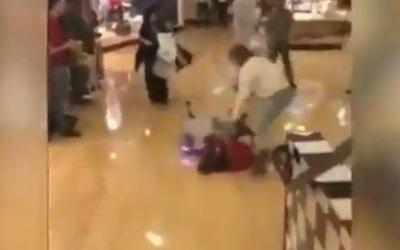 乱闘中にスタンガンを突然使用する女性。