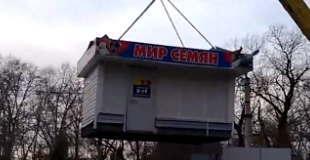 【動画】クレーンで家を吊り下げて運んだ結果。