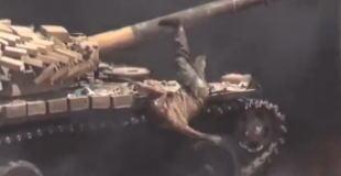 【動画】炎上する戦車から脱出するも銃弾に巻き込まれる。