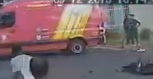 【動画】二人乗りしたバイクが大型トラックに衝突。