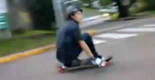 【動画】道路で高速走行でスケボーを楽しんでいると、、、