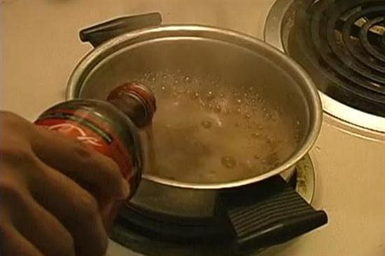 【動画】コカ・コーラを鍋で煮るとこうなる