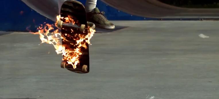 【動画】炎に包まれたスケボーを乗りこなす映像がかっこいい