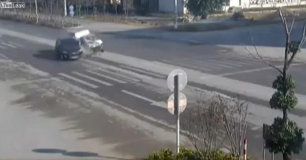 衝突事故を起こした車の窓から男がポーーン!