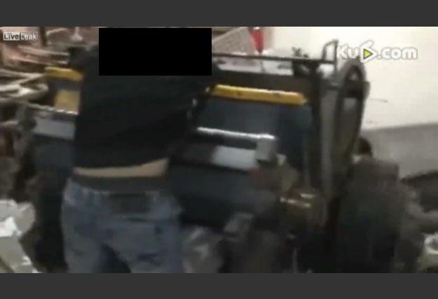 【閲覧注意】機械に挟まれた労働者の首が…