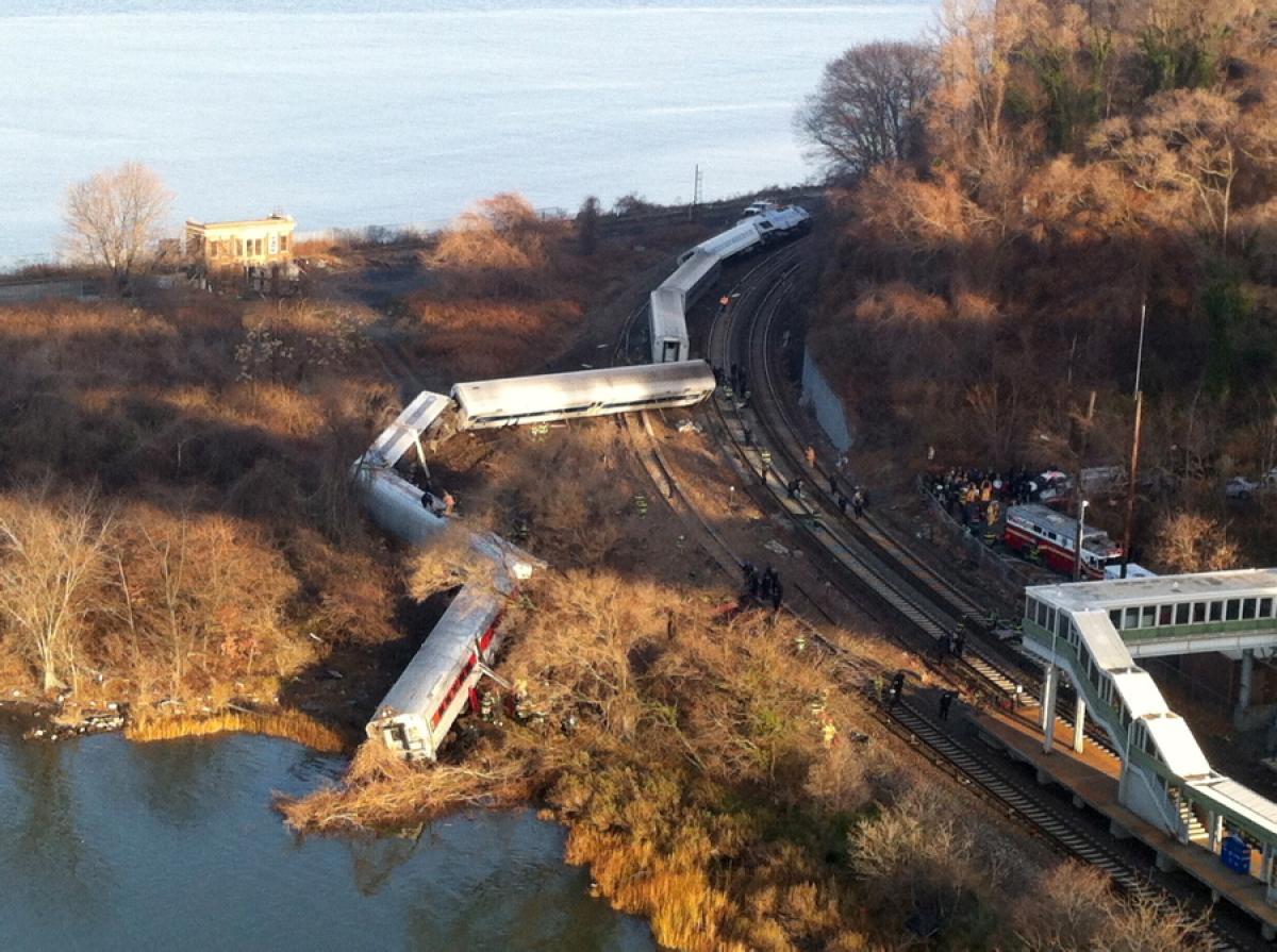 metro-nordfsdsth-train-derails-new-york-4-dead-63-injured (1)