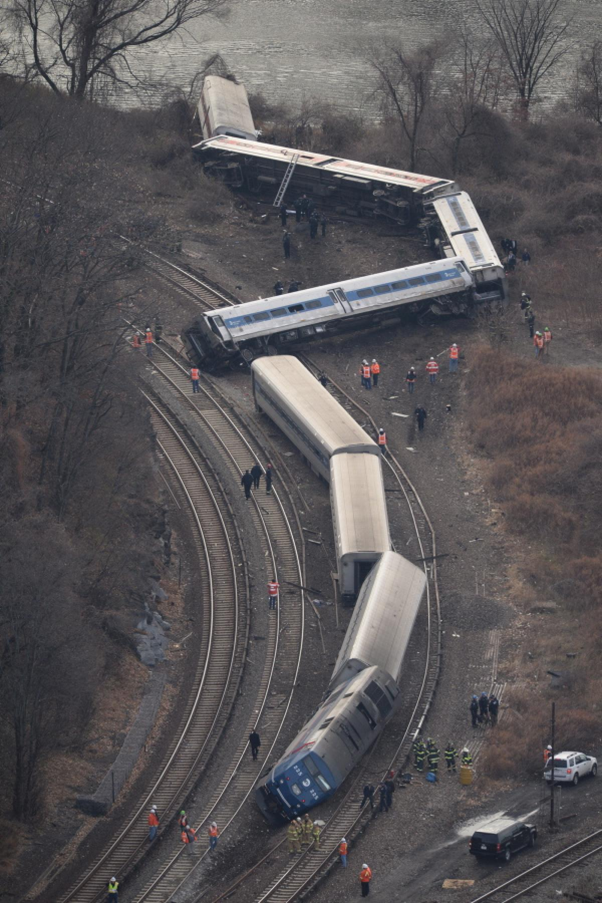 NYで大規模な脱線事故が発生 死傷者多数