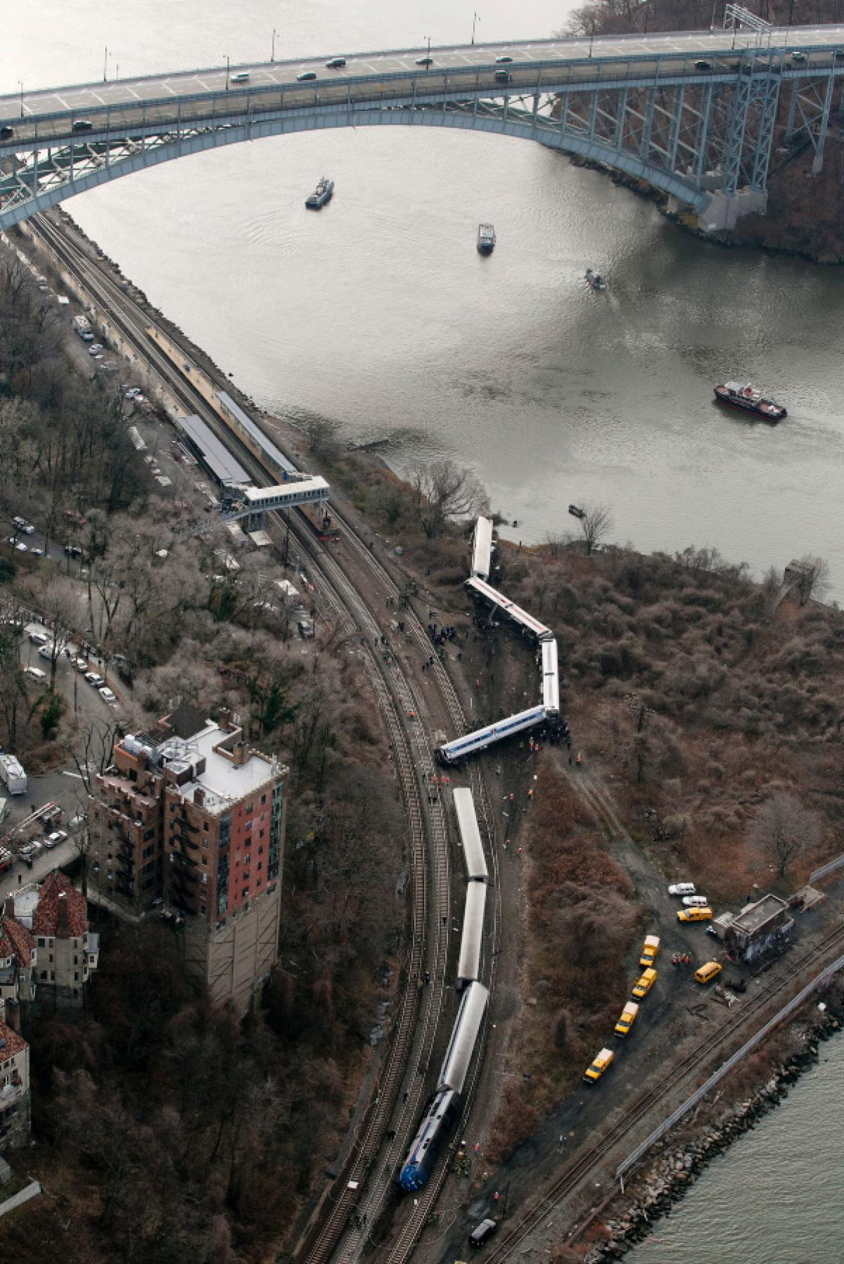 metro-north-train-derails-new-york-4dfgdf-dead-63-injured (1)