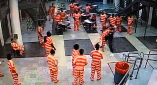 【動画】歯向かってくる囚人を地面に叩きつけて殺す看守