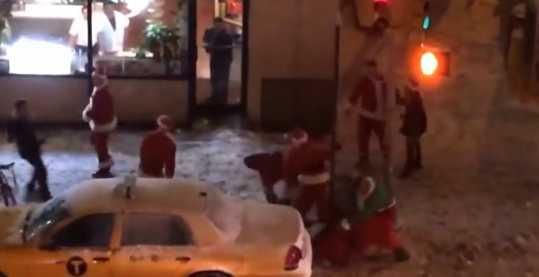 【動画】ニューヨークで酒に酔ったサンタ達が雪の中で大乱闘