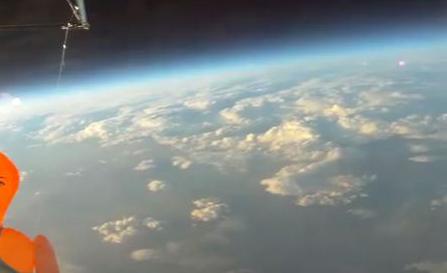 【動画】ダッチワイフ、宇宙を舞うw