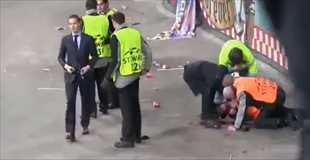 【動画】アムステルダムのサッカースタジアムでサポーターが観客席から転落…