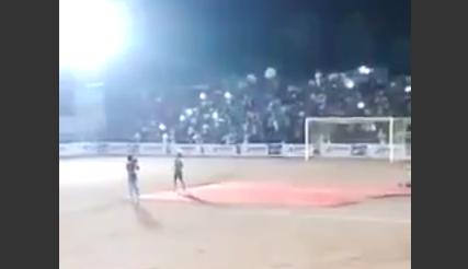 【動画】サッカースタジアムの観客席が一瞬で崩壊。人が消えた…