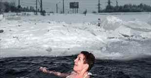 【画像】ロシアのおばさんは氷の湖で泳ぐ