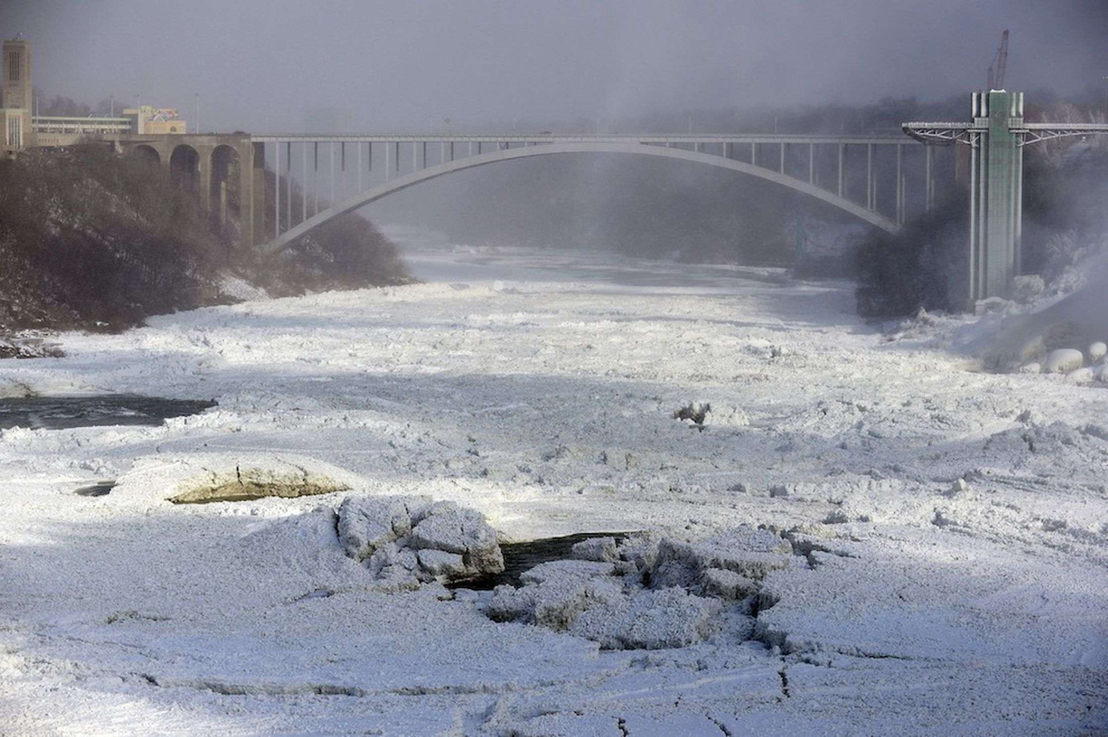 Niagara-Falls-freezes-as-polar-vortex-grips-North-America-3003773_R