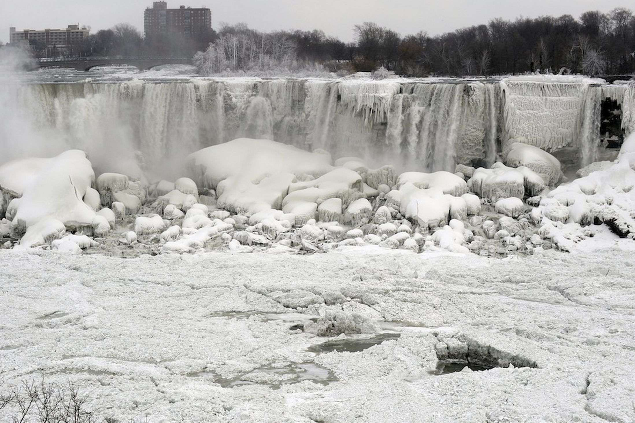 Niagara-Falls-freezes-as-polar-vortex-grips-North-America-3003774_R