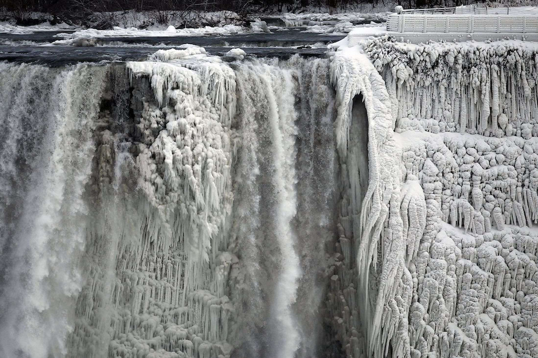 Niagara-Falls-freezes-as-polar-vortex-grips-North-America-3003777_R