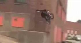 【動画】自転車で飛んだら足折れた!《゚Д゚》