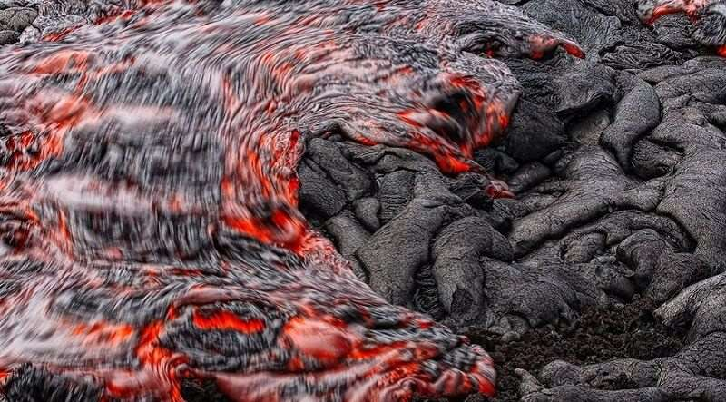 coolest-volcano-eruptions-flowing-lava_R