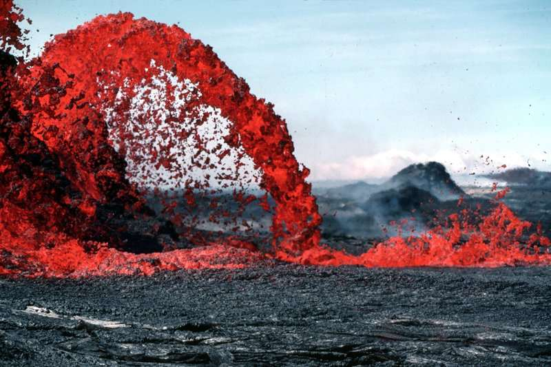 coolest-volcano-eruptions-red-streak_R
