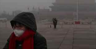 【画像】凄まじい大気汚染の中でバルコニーにこんなもの干してます