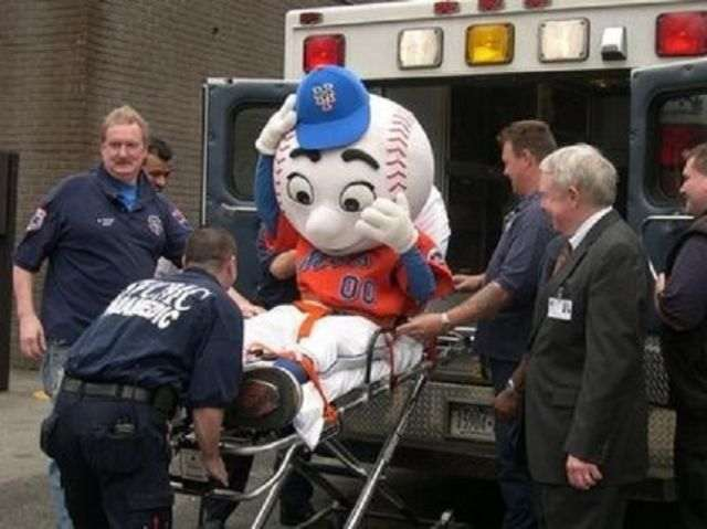 mascots_caught_in_the_wrong_position_640_18_R