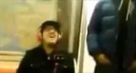 【動画】電車の中でヘッドフォンの音漏れが酷い人への対応がすごい
