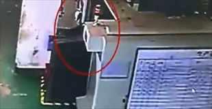 【動画】巨大な清掃機械に従業員が巻き込まれる