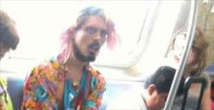 【画像】地下鉄に現れたファッションモンスター達