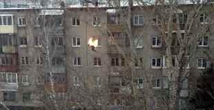 【動画】火だるまになり、そしてビルから飛び降りる男