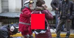 【閲覧注意】ウクライナの暴動で背中に手榴弾を受けた女性