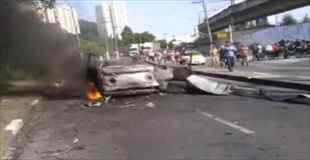 【動画】事故によって燃えさかる車から救出された女性に行った処置