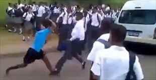 【動画】南アフリカの高校生の喧嘩はレベルが違う