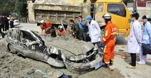 【画像】セメント車と衝突してセメントまみれになりながらも救出された女性