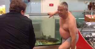 【動画】チョウザメのいる水槽にパンツ一丁で入るおっさん