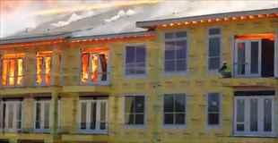 【絶体絶命】燃えさかるアパートの最上階に取り残された作業員