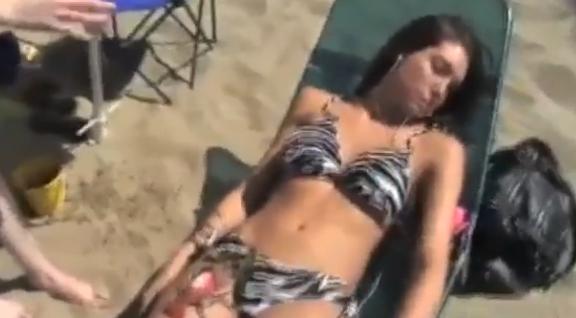 【動画】ビーチで居眠りしている女性にエッチなイタズラ