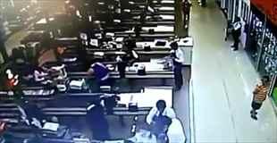 【動画】スーパーマーケットでヒットマンがレジの女性を射殺