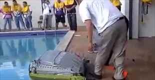 【動画】救助用イカダの実演で想定外のハプニング