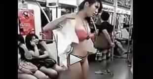 【中国】地下鉄の電車内で堂々と着替えをするお姉さんが話題に