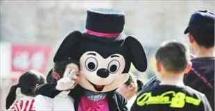 【画像】中国のミッキーマウスの中の人が…