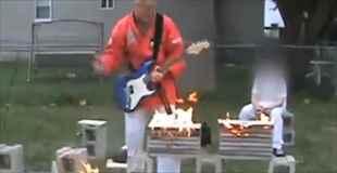 【動画】ギターを弾きながらこのおじさんは何をやっているんだ