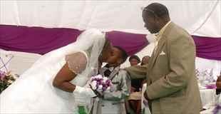 【画像】先の長くない祖父のために8歳の少年が61際の女性と結婚