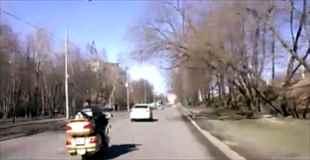 【動画】目の前でゴールドのバイクが大破するのを目撃