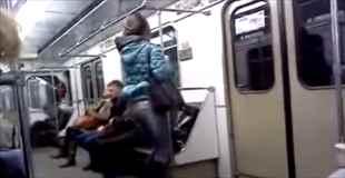 【動画】電車の中でオシッコしたそうな人見つけたった
