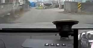 【動画】60歳のタクシー運転手が激突する一部始終