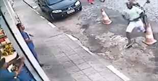 【動画】19歳の青年が銃で至近距離から狙われる