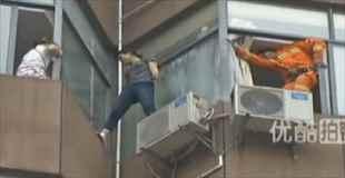 【自殺】飛び降りようとする女性を救出する瞬間