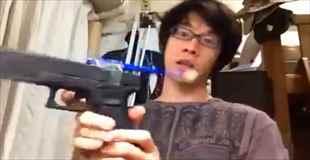 【動画】銃の引き金を利用して歯磨きする男